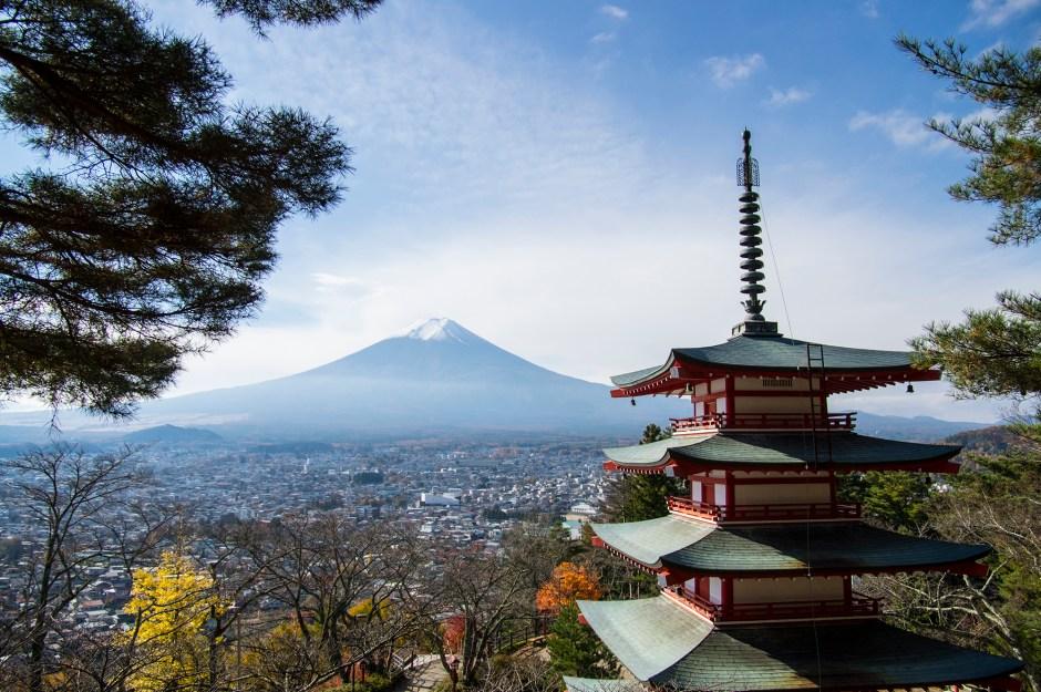 新倉山浅間公園の忠霊塔と富士山/Mt.Arakura Segen Park & Mt.Fuji