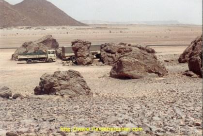 Un convoi de routiers Algériens qui alimente les fonctionaires du sud Algérien, In Gezam.