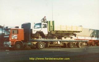 Chargement d'un camion de la Sorélis, sur une semi York, l'idéal pour le désert; le chassis étant très déformable grâce à ses alvéoles, il permettait une bonne adhérence sur le sable.