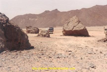 Dans le désert il fallait rouler dégonflé, 1.5bar à l'avant, et 3.5 à l'arrière, quant aux remorques il fallait mettre 2.5.....