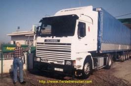 Herold prend soin de son Scania.