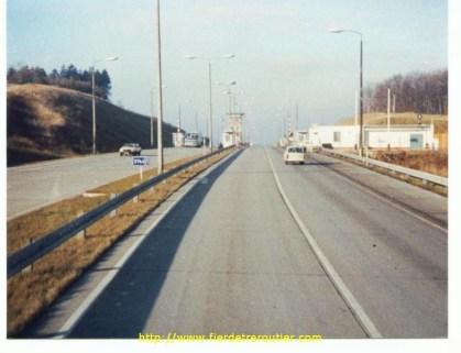Douane en vue , voie de gauche pour les camions