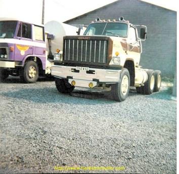 GMC brigadier à moteur Detroit diesel 6V92 de 340 cv à coté d'un Willème.