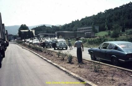 frontiere bulgare ou les gens poussent les voitures pour economiser l'essence