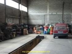 Ici la fosse de 16 mètres, à côté à droite, se trouve une petite fosse pour tracteur. Ainsi, on peut travailler sur plusieurs véhicules si nécessaire.