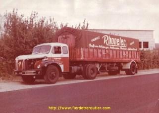 Tracteur à capot et semi un essieu étaient la norme à cette époque