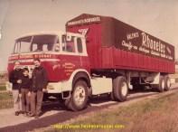 Jean Bouvarel, son fils Jean-Loup, et le chauffeur Gilbert devant son camion