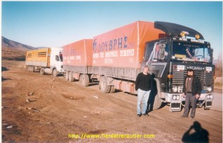 Titi avec un chauffeur Grec, visiblement amoureux de son Scania. A la frontière de la Géorgie et de l'Arménie.