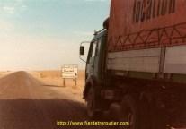 Un panneau avertissant de la traversée possible de chameaux (au prochain rond point).