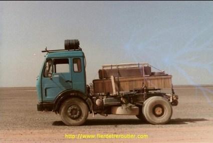 Je descends en solo récupérer une remorque abandonnée par un routier Algérien. Comme il n'y a pas de petit profit, je profite pour descendre quelques caisses urgentes sur un chantier.(ne dites rien à la DRE, ils ne seraient pas d'accord).