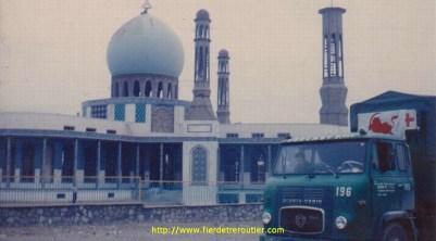 Un Scania 76 devant une mosquée en Iran