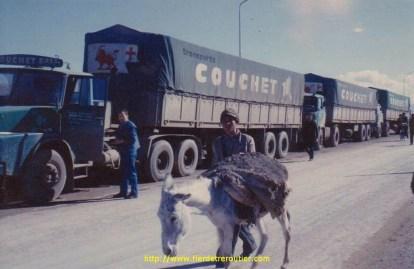 La DDE Iranienne, avec cette ane chargé de terre pour entretenir la piste. Marc Couchet pose a coté de son Henshell.