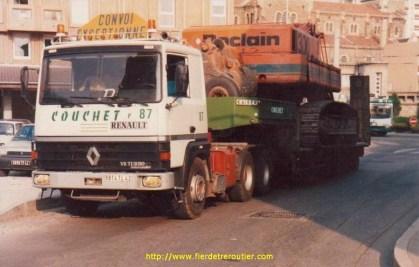 Un R390 dans St Etienne, chargé d'une Poclain