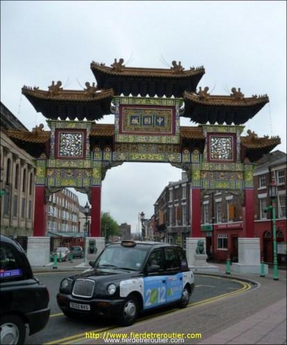 Il y a l'une des plus anciennes communautés Chinoises d'Europe à Liverpool. Ici la porte de Chinatown.