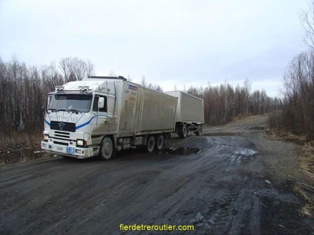 Voilà pourquoi on accélère quand on retrouve le goudron… (M58 - transsibérienne au retour de Vladivostok)