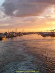 le spectacle est magnifique: coucher de soleil sur le port de Dublin pour célébrer le départ. Grandiose, superbe, émouvant…