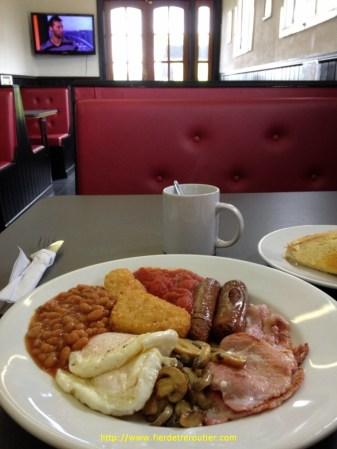 au hasard d'une coupure et d'un truck center, je m'autorise un English breakfast pour terminer en apothéose ce beau voyage. 5£90 et l'assurance d'être calé pour la journée!