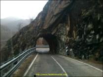 un peu plus haut , petit tunnel taillé dans la roche et laissé brut , il faut vraiment viser juste pour pas toucher