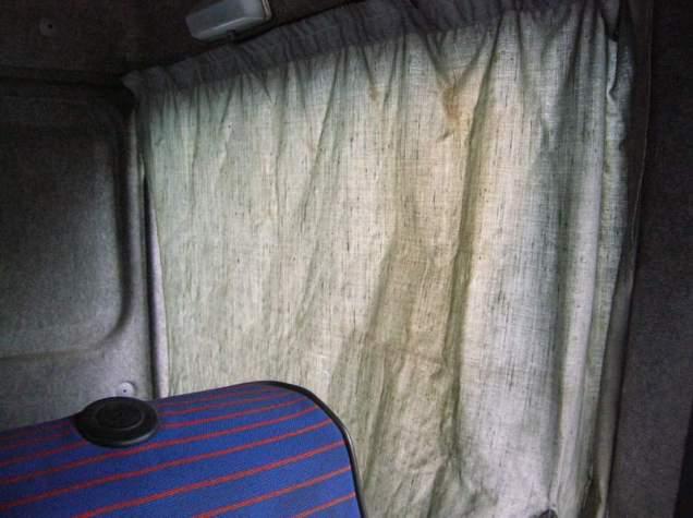 Les rideaux, à l'économie comme le reste, laissaient bien passer la lumière