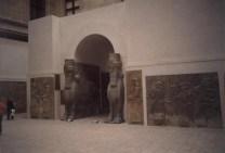 Reconstitution d'une porte de la ville Assyrienne de Ninive avec les statues et bas reliefs venant des fouilles archéologiques, le Louvre