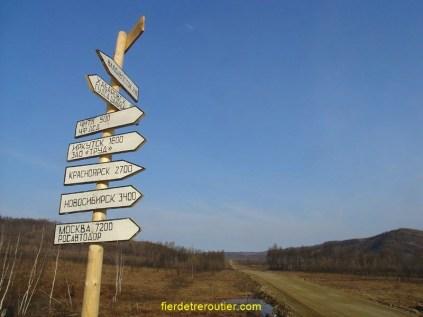 Pour donner une idée de la distance : ce panneau artisanal annonce Moscou à 7200km et Vladivostok à 2400km.