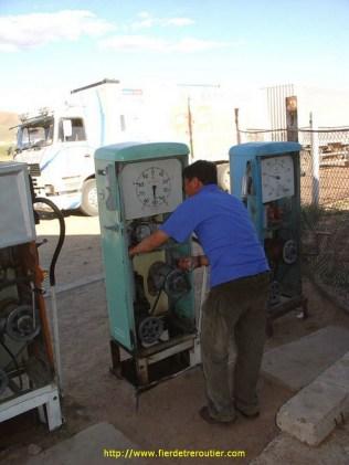 Il n'y avait pas d'électricité ce jour là ( et pas d'ailleurs depuis plus d'un mois), et il a fallut pomper les 200 litres à la main. Après 20 litres déjà il m'a passé la manivelle et on a joué à chacun son tour pendant l'heure qui a suivi…