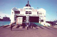 GRECE Un camion remorque DAF XF 480 grimpe sur le ferry