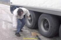 La roue etant bloquée et ne touchant plus terre, il est plus facile de defaire les boulons.