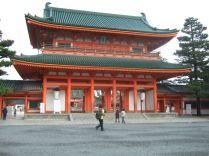 entrée d'un temple shintoisme (beaucoup de japonais déclarent pratiquer en même temps le bouddhisme et le shintoisme)