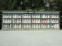 tonneaux de saké avec la publicité de différents fabricants, ceux ci sont placés à l'entrée de certains sites bouddhistes ou shintoistes pour lesquels ces fabricants participent à l'entretien ou la rénovation.