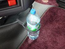 l'emplacement de la bouteille d'eau condamne l'accès au rangement situé derrière…