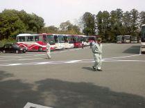 parking de bus d'un grand temple bouddhiste avec ses 2 chefs d'orchestre !
