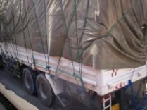 Malgré le bâchage le chargement de ce camion lybien a bougé!