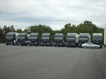 fin juillet tous les camions sont sur le parc, on part en congés pour un mois. Franck nous invite tous au resto pour fêter ça.