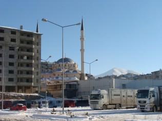 Le camion la montagne la mosquée, tout y est!