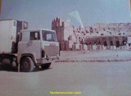 Au retour de Libye mais la photo est prise tout près de Carthage devant un édifice romain