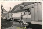 dans la cour à HAZEBROUCK dans les années 1965 encore sur l'aile avec ma sœur sur le marche pied, ça c'est du camion pour débâcher pas de problème.