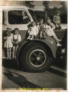 un beau Berliet GLR en Bretagne « 35 » je suis au milieu sur l'aile entouré de mes cousins et cousines dans les années 62.