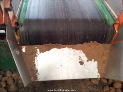 La poussière de terre s'accumule et il faut gratter