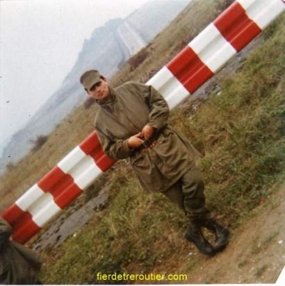 Me voilà à l'armée, on voit le rideau de fer......derriere.