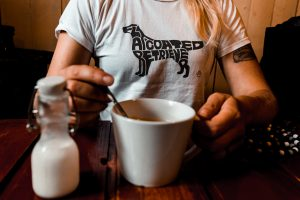 flatcoated retriever silhuette t-shirt in a cafe