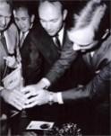 """Con el micrófono de Grupo ACIR, entre los tripulantes del Apolo XI: Edwin """"Buzz"""" Aldrin, Michael Collins y Neil Armstrong"""