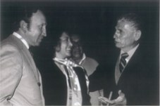 Con la compañera de su vida, su esposa. la Doctora en Derecho Olga Vázquez y Nuñez (q.e.p.d.), frente al Maestro Lorenzo Garza