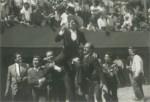 Cargando en hombros al Maestro Lorenzo Garza, con sus compañeros de cartel, acompañando en la vuelta