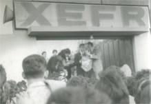 """La multitud obligó a abrir las puertas de la X.E.F.R., para el sorteo de """"Serenata en su Ventana"""" con César Costa, en las instalaciones de Radio Felicidad, en Santanita (DF)"""