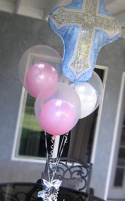 centro de mesa para bautizo con globos metalicos