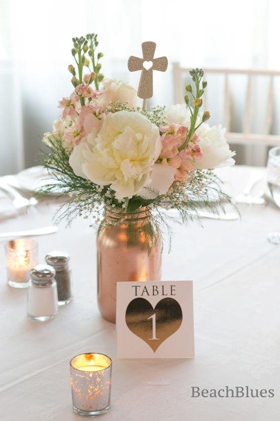 Centros de mesa para bautizo con material reciclado y flores