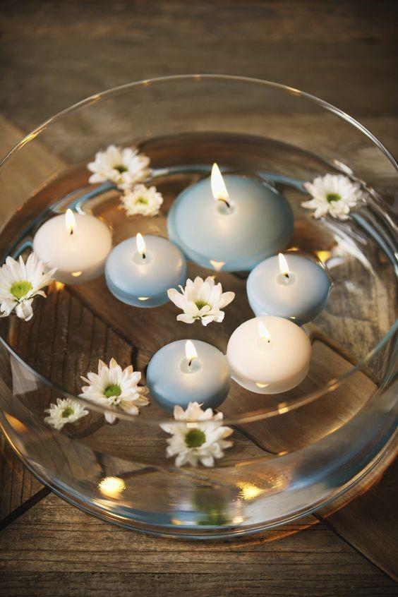 Centros de mesa para bautizo con peceras y velas celestes