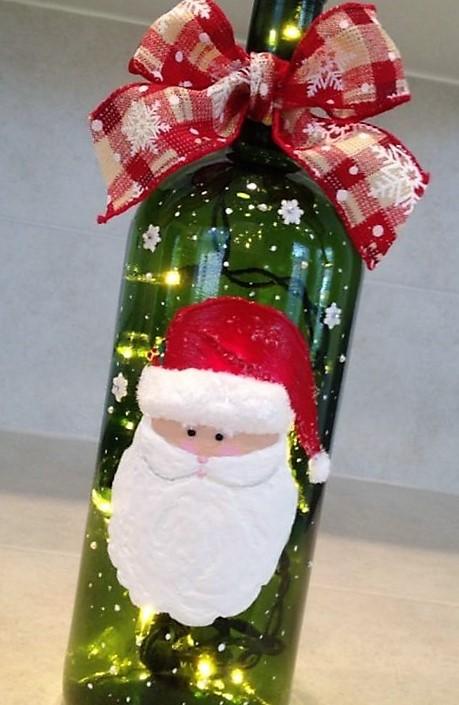 manualidad con botella y decoraciones navideñas de santa