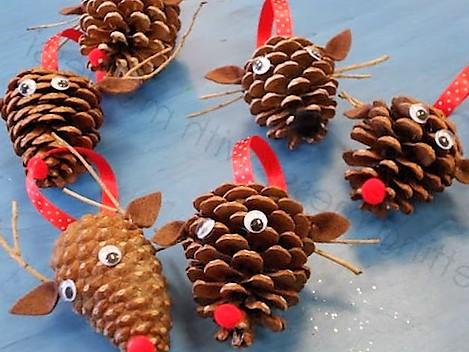 Adornos de navideños con renos hechos con piñas de pino